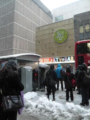 Warten auf den Bus im Sauwetter